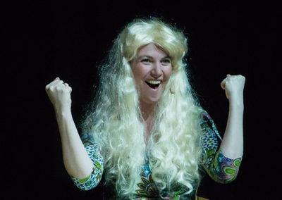 Tina B som jublende blondine